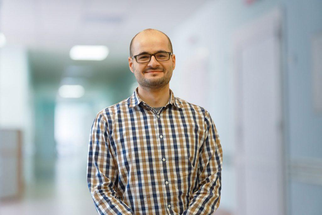 Dr Mateusz Janik, specjalista ortopedii i traumatologii w Carolina Medical Center.