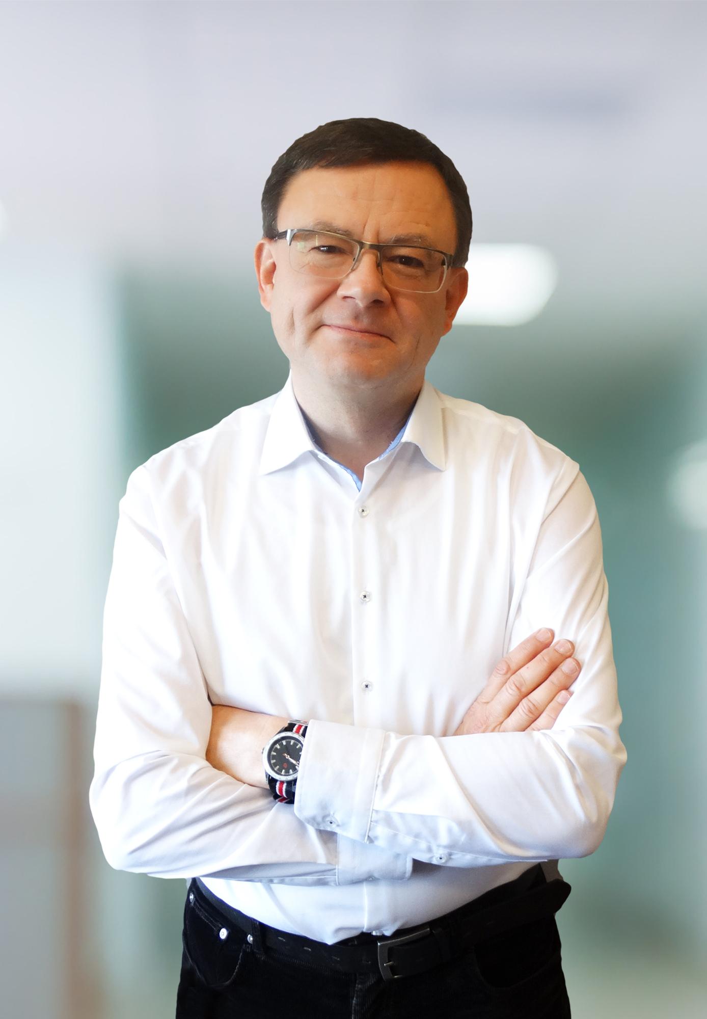 Dr hab. n. med. Babiak to doświadczony specjalista w leczeniu schorzeń stawu biodrowego i kolanowego.