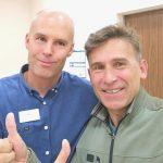 Robert Korzeniowski i doktor Łukasz Luboiński z Carolina Medical Center po operacji obojczyka