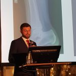 """Dr Tomasz Szymański, ortopeda Carolina Medical Center, był wykładowcą w trakcie Sypozjum pt. """"KOŃCZYNA DOLNA – Co może nas zaskoczyć?"""""""