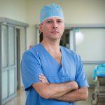 Dr Jacek Laskowski to specjalsita ortopedii i traumatologii narządu ruchu specjalizujący się w operacjach endoprotezoplastyki stawu biodrowego.