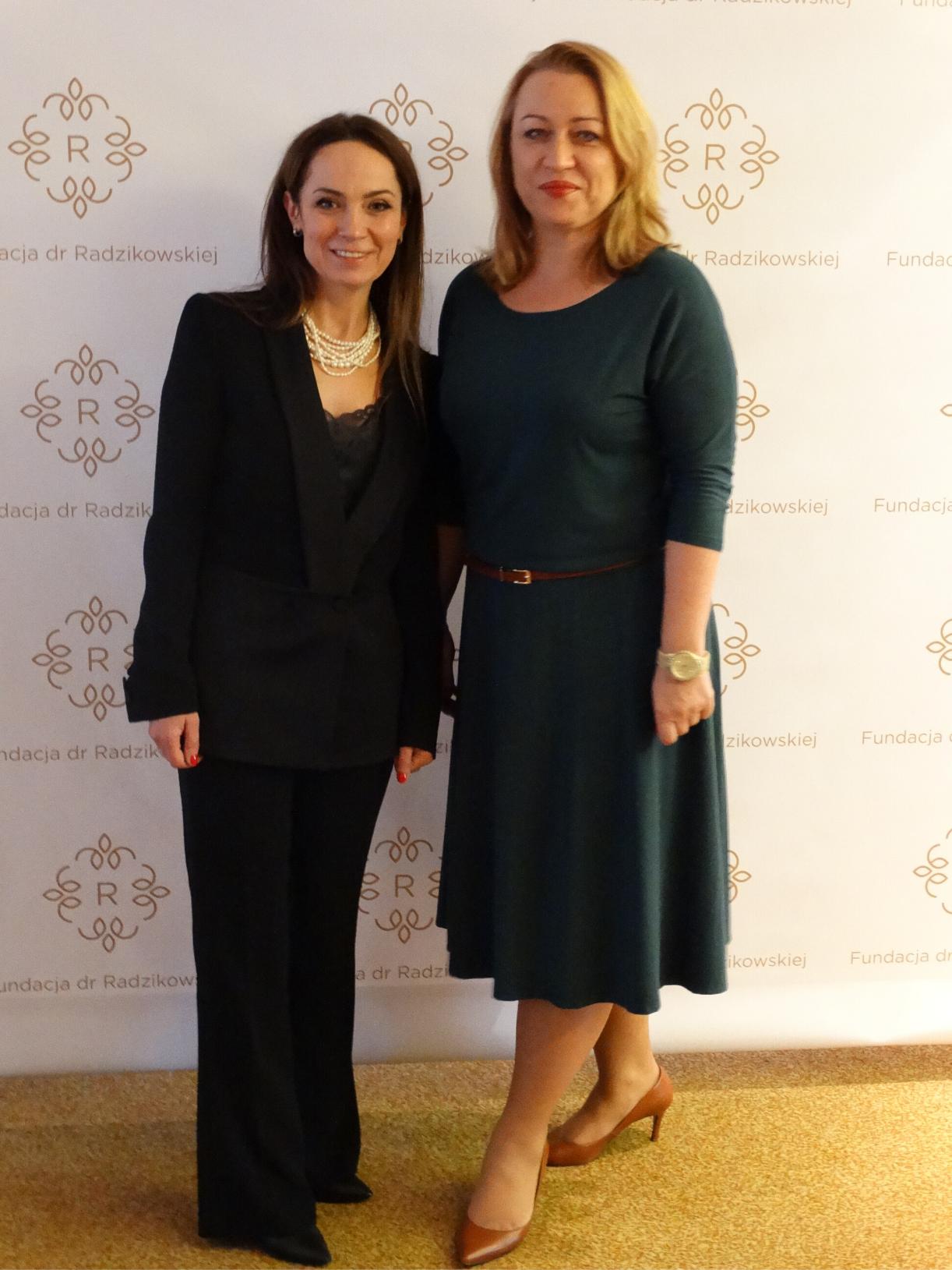 Dr Elżbieta Radzikowska i prezes Izabella Murawska w trakcie otwarcia Fundacji dr Radzikowskiej.